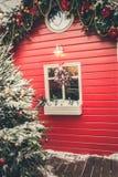 Weihnachtstraditioneller roter Kiosk für Werkstatt und handgemachte Geschenke der Verkäufe Weihnachts Weihnachtsdekor stockbild