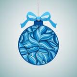 Weihnachtsvektorillustration eines Weihnachtsballs verziert mit einem Winterblumengekritzelmuster Stockfoto