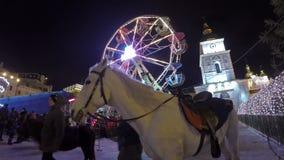 Weihnachtsvergnügungspark an St. Michael Square stock video
