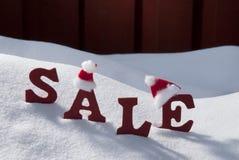 Weihnachtsverkauf auf Schnee mit Santa Hat Stockbilder