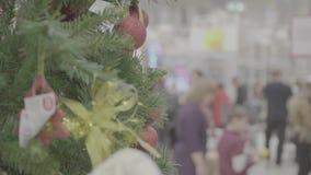 Weihnachtsverkauf von Spielwaren und von Weihnachtsbäumen bis Weihnachten Leute im Supermarkt kaufen vor dem neuen Jahr stock video