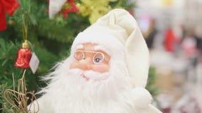 Weihnachtsverkauf von Spielwaren und von Weihnachtsbäumen bis Weihnachten Weihnachtsgeschenke für geliebte Glaskugeln getrennt au Stockfoto
