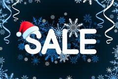 Weihnachtsverkaufs-Designschablone auf schwarzem Hintergrund mit rotem Hut, Serpentin, Schneeflocke Auch im corel abgehobenen Bet Stockbilder