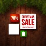 Weihnachtsverkaufs-Designschablone. Hölzerner Hintergrund, realistische Tanne Stockfoto