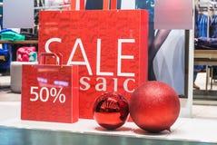 Weihnachtsverkaufsförderungstext in einem Shop Stockfotos