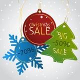 Weihnachtsverkaufsumbauten auf einem schneebedeckten Hintergrund Lizenzfreie Stockbilder