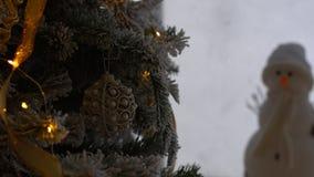 Weihnachtsverzierung auf Baum mit bokeh Lichtern stock footage
