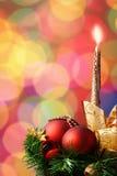 Weihnachtsverzierung auf defocused Leuchtehintergrund Stockbild