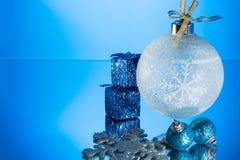 Weihnachtsverzierung auf einem Spiegel Lizenzfreie Stockfotos