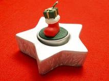 Weihnachtsverzierung auf roter Tischdecke Stockfoto