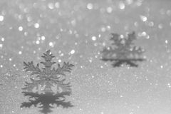 Weihnachtsverzierung auf Schnee stockfoto