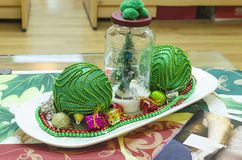 Weihnachtsverzierung im Büro in Grünem, in Rotem und in glänzendem stockbilder