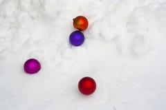 Weihnachtsverzierung im Schnee Stockfotografie