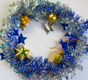 Weihnachtsverzierung im Silber und Blau auf weißem Hintergrund Stockbilder
