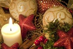 Weihnachtsverzierung mit einer Kerze lizenzfreies stockbild