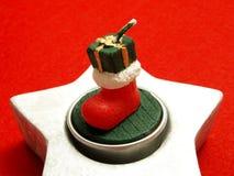 Weihnachtsverzierung mit Kerze auf roter Tischdecke Lizenzfreies Stockfoto
