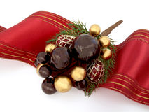 Weihnachtsverzierung mit rotem Farbband Stockbilder
