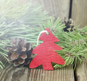 Weihnachtsverzierung mit Tannenbaumasten und Kiefernkegeln Stockfotografie