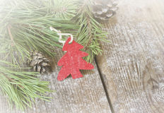 Weihnachtsverzierung mit Tannenbaumasten und Kiefernkegeln Stockfotos
