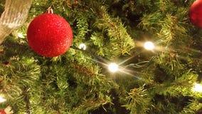 Weihnachtsverzierung und -baum Lizenzfreies Stockfoto