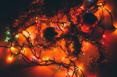 Weihnachtsverzierung und -licht stockbild