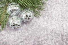 Weihnachtsverzierung und Tannenbaum auf glänzendem funkelndem Hintergrund Stockfoto