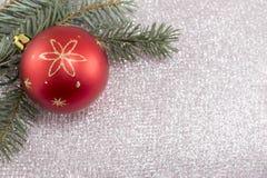 Weihnachtsverzierung und Tannenbaum auf glänzendem funkelndem Hintergrund Stockbild