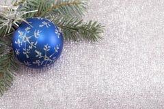 Weihnachtsverzierung und Tannenbaum auf glänzendem funkelndem Hintergrund Lizenzfreies Stockfoto