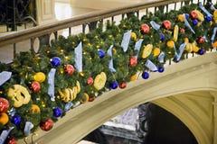 Weihnachtsverzierungen angebracht zum Geländer stockfotos