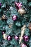 Weihnachtsverzierungen auf Baum Stockfotos