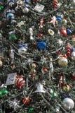 Weihnachtsverzierungen auf Baum Lizenzfreies Stockbild