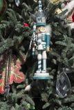 Weihnachtsverzierungen auf Baum Stockfotografie