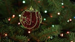 Weihnachtsverzierungen auf dem schönen roten Ball des Weihnachtsbaums mit Lichtgirlanden, feenhafte Atmosphäre stock video footage