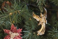 Weihnachtsverzierungen auf dem Weihnachtsbaum Lizenzfreie Stockfotografie