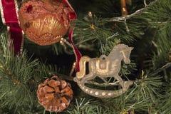 Weihnachtsverzierungen auf dem Weihnachtsbaum Stockfoto