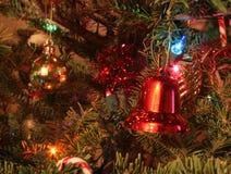 Weihnachtsverzierungen auf einem Baum Stockbilder