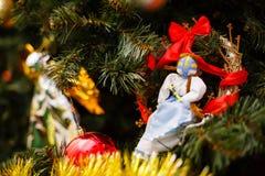 Weihnachtsverzierungen auf einem Baum Stockfotografie