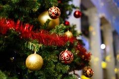 Weihnachtsverzierungen auf einem Baum Lizenzfreie Stockfotos
