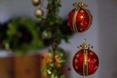 Weihnachtsverzierungen auf einem Baum Stockfotos