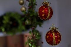 Weihnachtsverzierungen auf einem Baum Lizenzfreie Stockfotografie