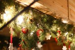 Weihnachtsverzierungen auf einem Baum Lizenzfreies Stockfoto