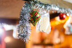 Weihnachtsverzierungen auf einem Baum Stockfoto