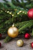 Weihnachtsverzierungen auf einem Fichtenzweig Lizenzfreie Stockbilder