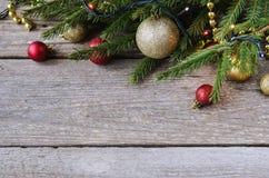 Weihnachtsverzierungen auf einem Fichtenzweig Stockbild