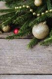 Weihnachtsverzierungen auf einem Fichtenzweig Stockfotografie