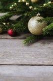 Weihnachtsverzierungen auf einem Fichtenzweig Stockbilder