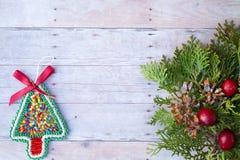 Weihnachtsverzierungen auf einem hölzernen Hintergrund Stockfotos
