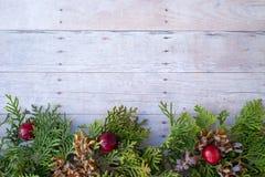 Weihnachtsverzierungen auf einem hölzernen Hintergrund Stockbild