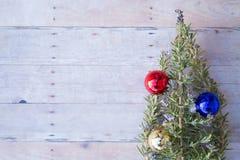 Weihnachtsverzierungen auf einem hölzernen Hintergrund Stockfoto