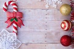 Weihnachtsverzierungen auf einem hölzernen Hintergrund Lizenzfreies Stockfoto